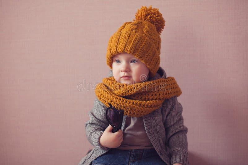 Enfant dans le chapeau tricoté de couleur de moutarde image libre de droits