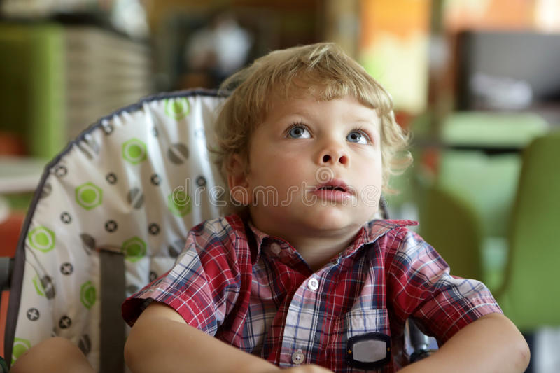 Enfant dans le highchair photo stock