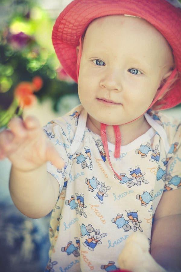 Enfant dans le jardin photos stock