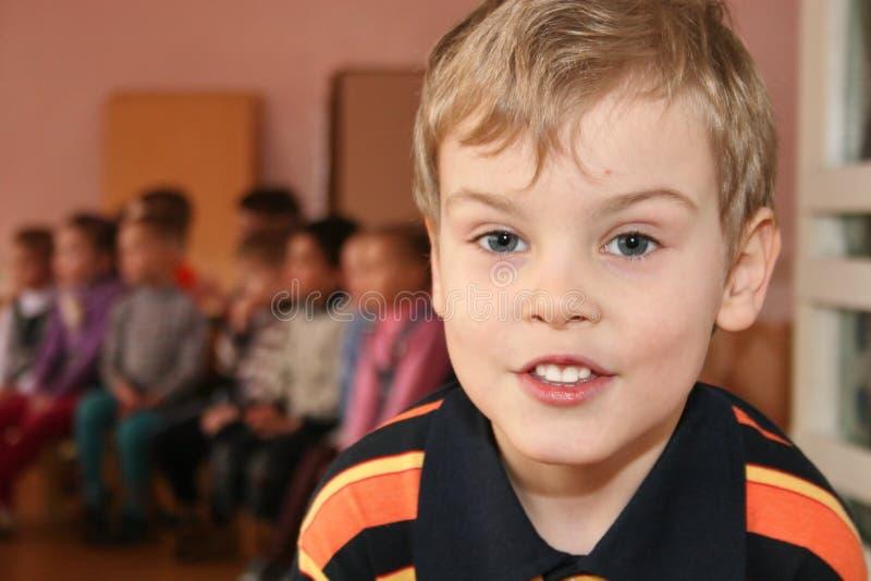 Enfant dans le jardin d'enfants image stock