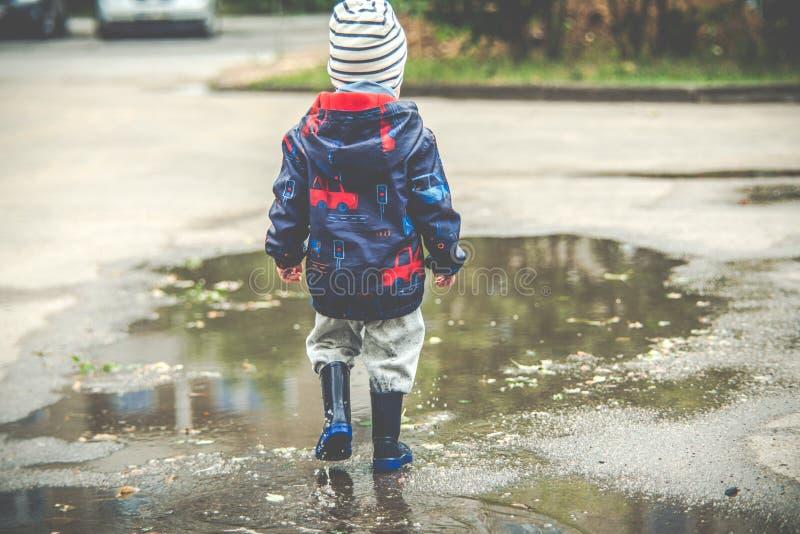 Enfant dans le magma photo libre de droits