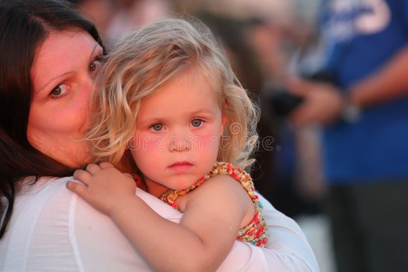 Enfant dans les bras de sa mère photos libres de droits