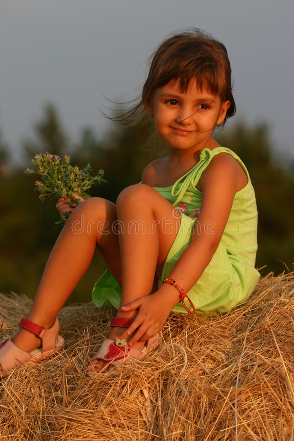 Enfant dans un après-midi de fin d'été photos libres de droits