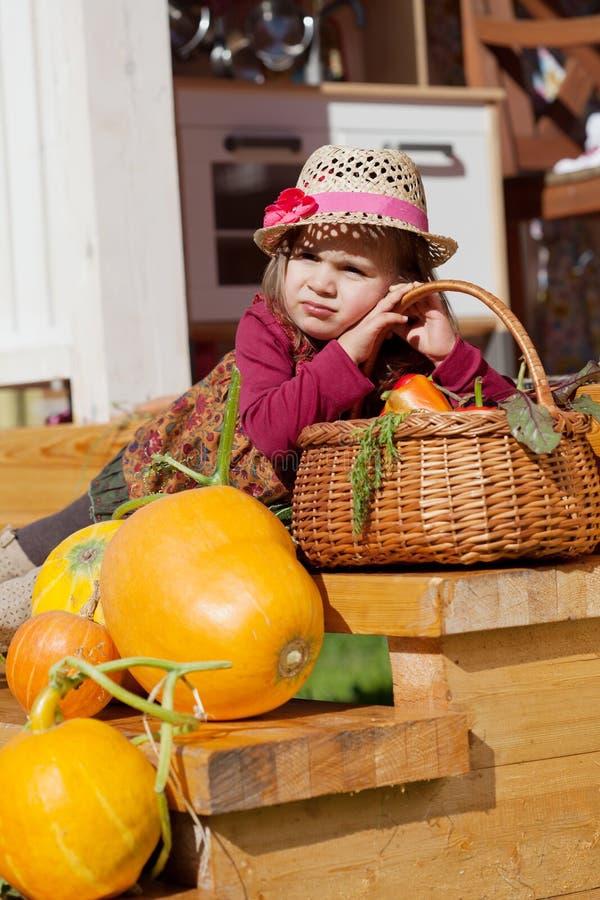 Enfant dans un chapeau de paille photos libres de droits