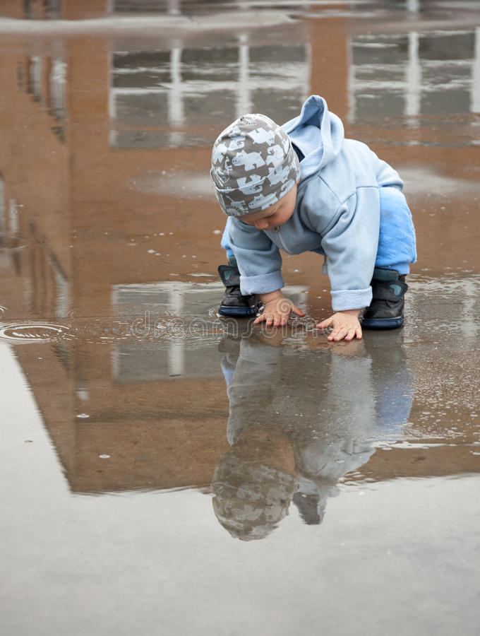 Enfant dans un magma photographie stock