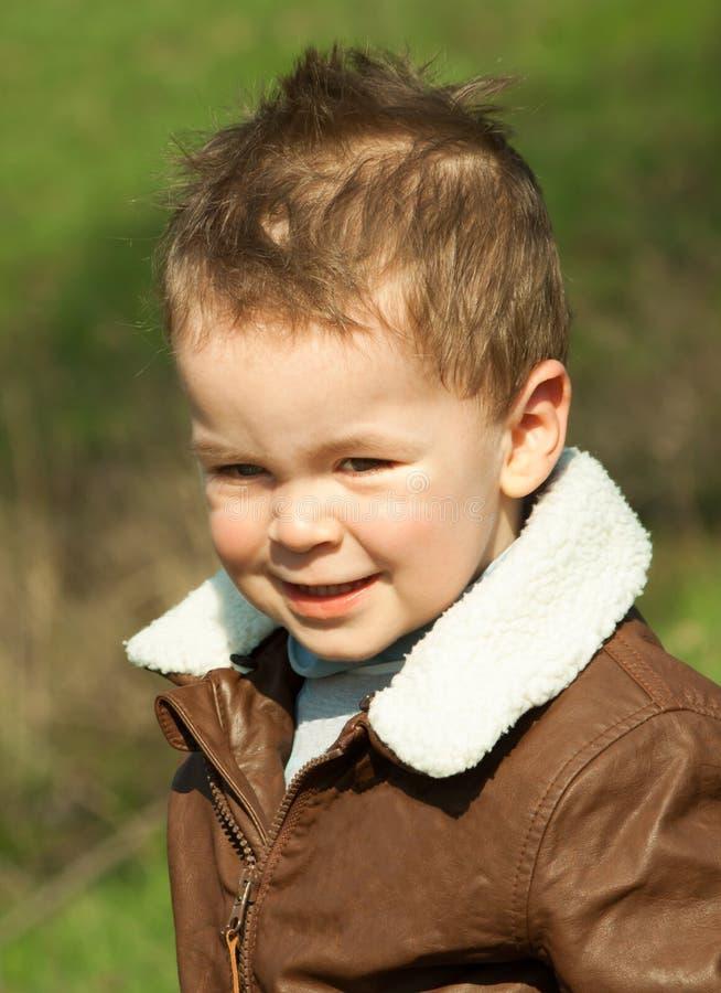 Enfant dans une veste en cuir dehors photographie stock
