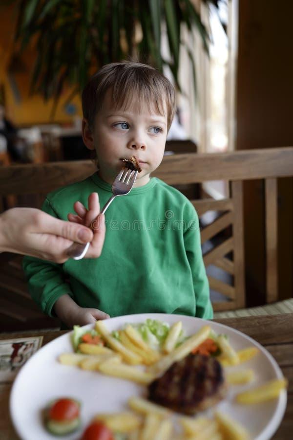 Enfant de alimentation de personne images libres de droits