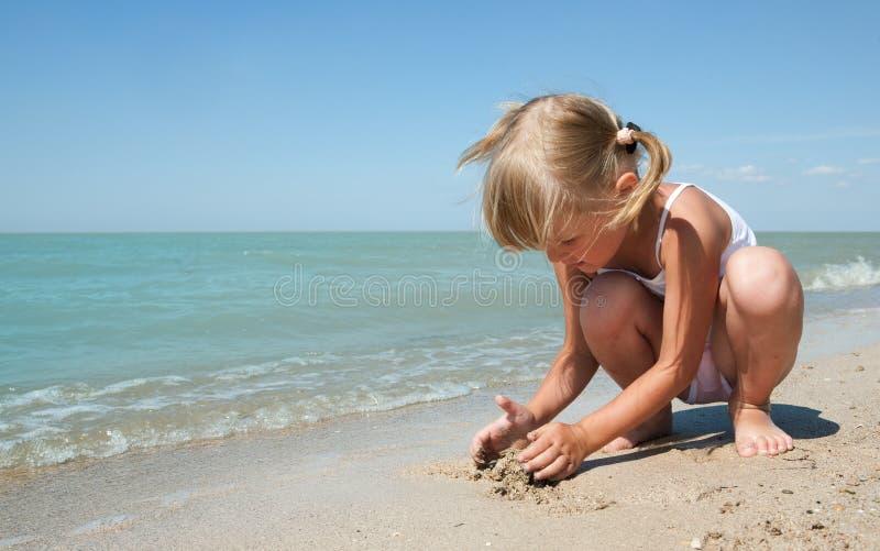 Enfant de beauté en mer photos libres de droits