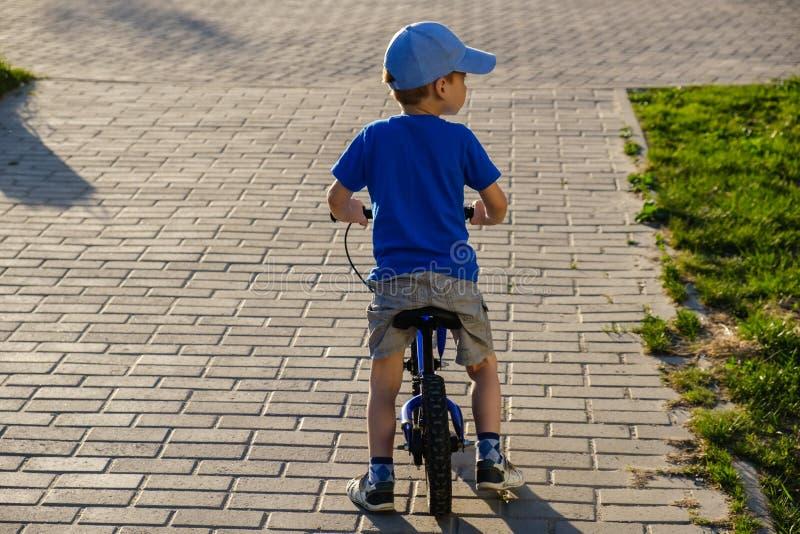 Enfant de bicyclette d'été d'enfant de vélo équilibre photos libres de droits