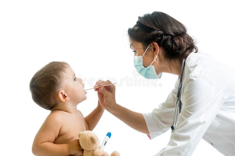 Enfant de examen weared par docteur de masque protecteur photographie stock