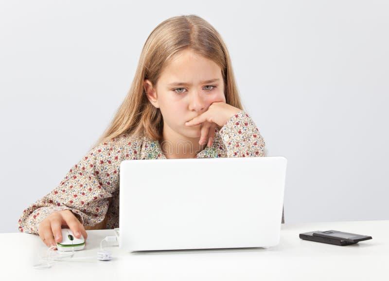 Enfant de fille recherchant l'Internet images stock