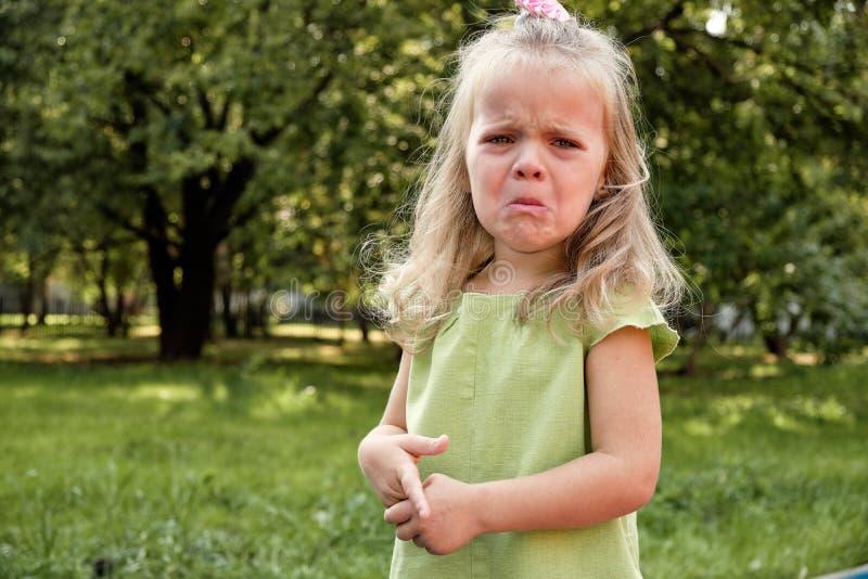 Enfant de fille de renversement pleurant en parc Parenting, psychologie de l'enfant photographie stock