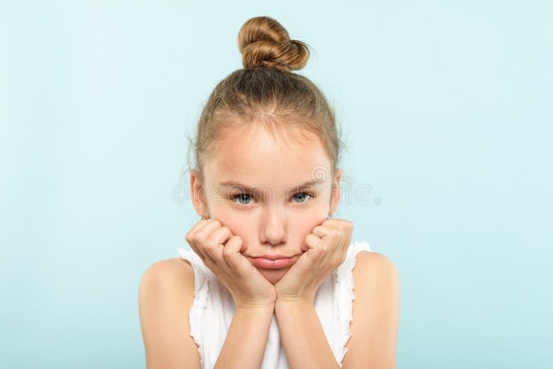 Enfant de froncement de sourcils pincé grincheux de lèvres de visage d'émotion images libres de droits