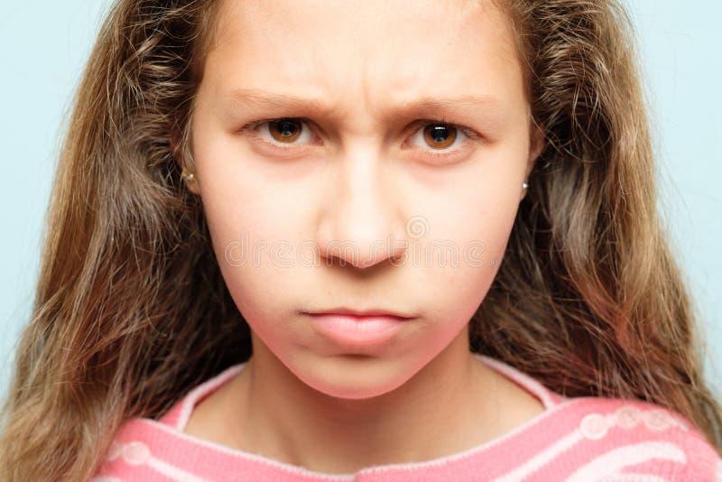 Enfant de froncement de sourcils pincé grincheux de lèvres de visage d'émotion photographie stock libre de droits