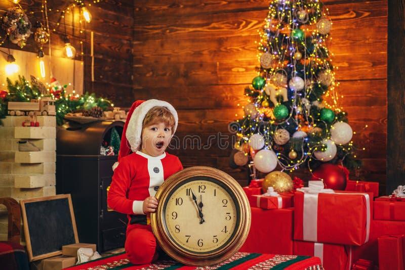 Enfant de gar?on de Santa petit c?l?brer No?l ? la maison Vacances de famille Jeu d'enfant de garçon près d'arbre de Noël An neuf image stock