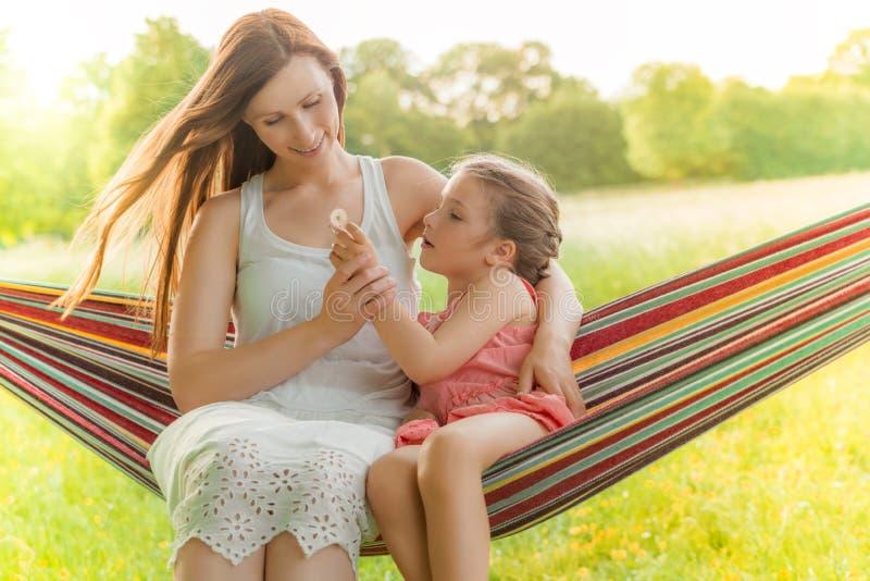 Enfant de mère de fleur photo libre de droits