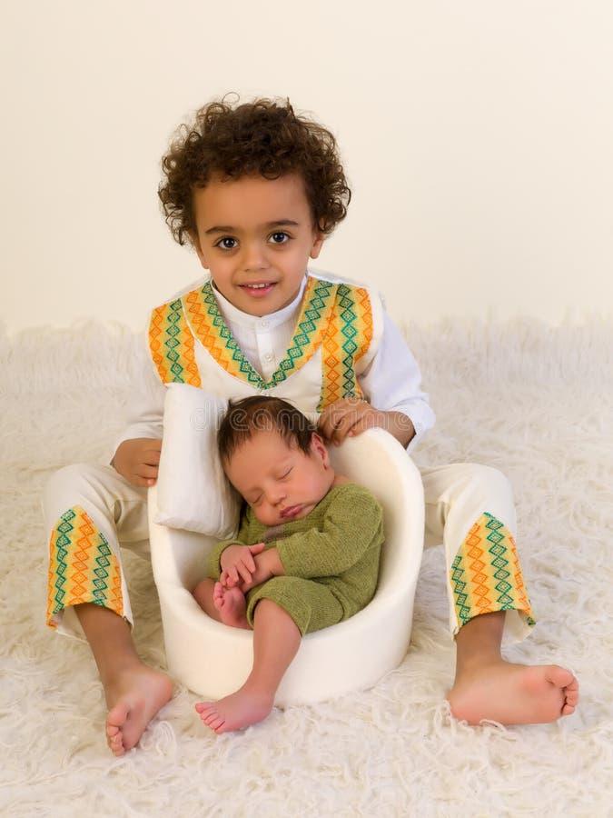 Enfant de mêmes parents fier montrant le bébé nouveau-né photos libres de droits