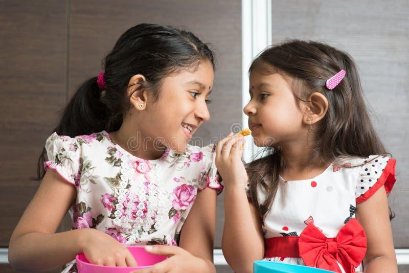 Enfant de mêmes parents mangeant des nourritures images stock