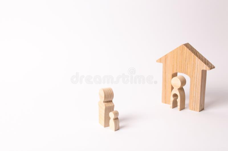 Enfant de part de parents dans un divorce Le père prend l'enfant de sa mère L'enfant décide avec quel parent à vivre images stock
