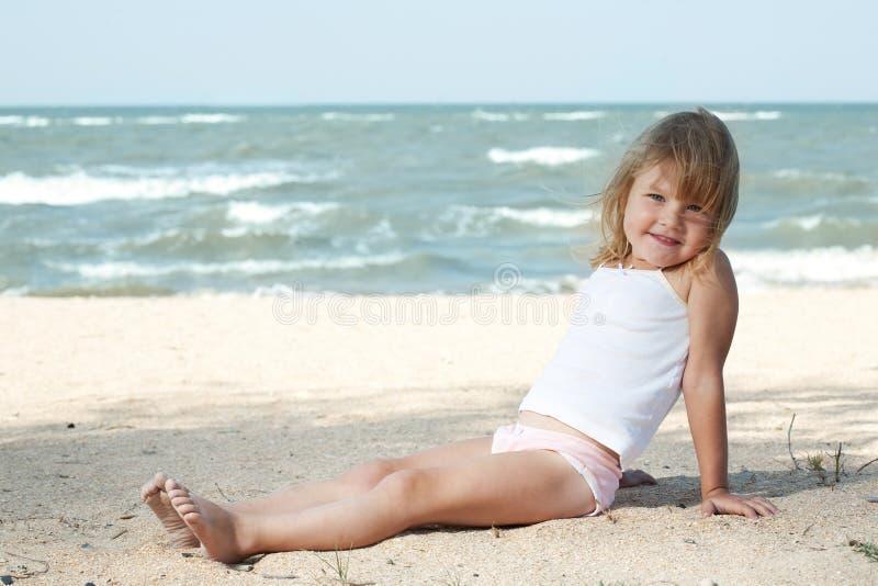Enfant de petite fille sur la mer photos stock