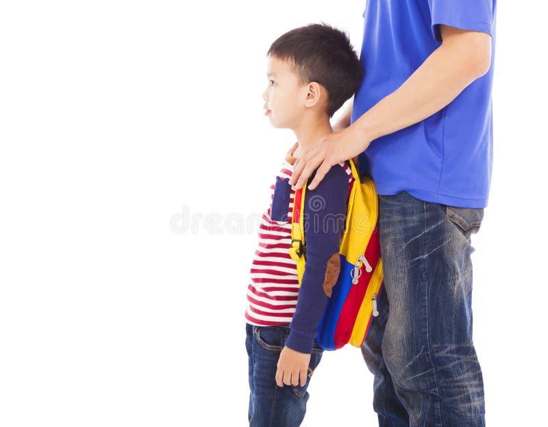 Enfant de prise de père à aller à l'école image stock