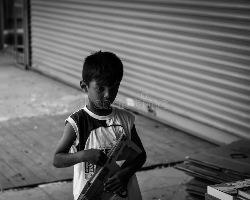 Enfant de rue au centre de Kadikoy d'Istanbul - la Turquie photographie stock