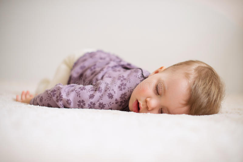 Enfant de sommeil image stock