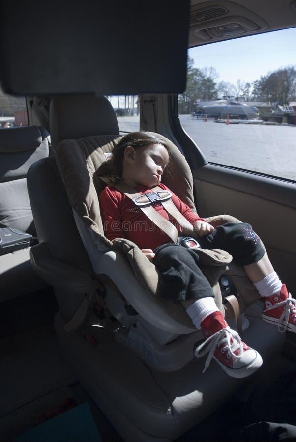 Enfant de sommeil dans le carseat photos libres de droits