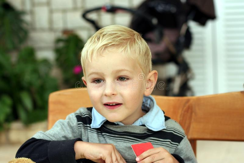 Enfant de sourire avec la carte dans une main photos libres de droits
