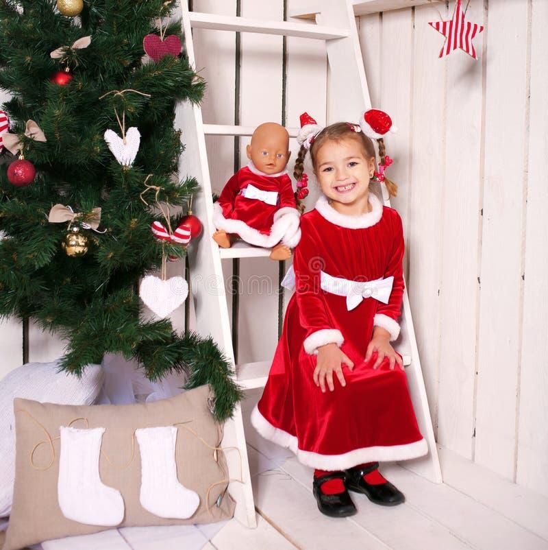 Enfant de sourire comme Santa Claus images libres de droits