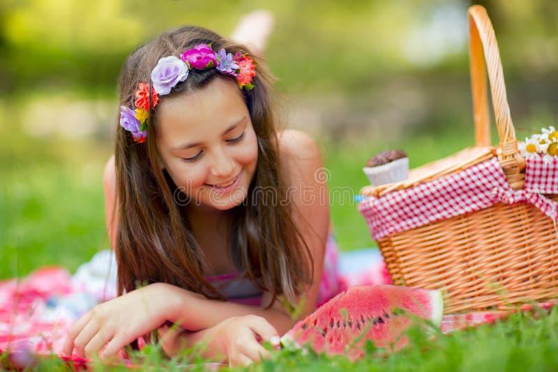 Enfant de sourire heureux mangeant la pastèque dehors image libre de droits