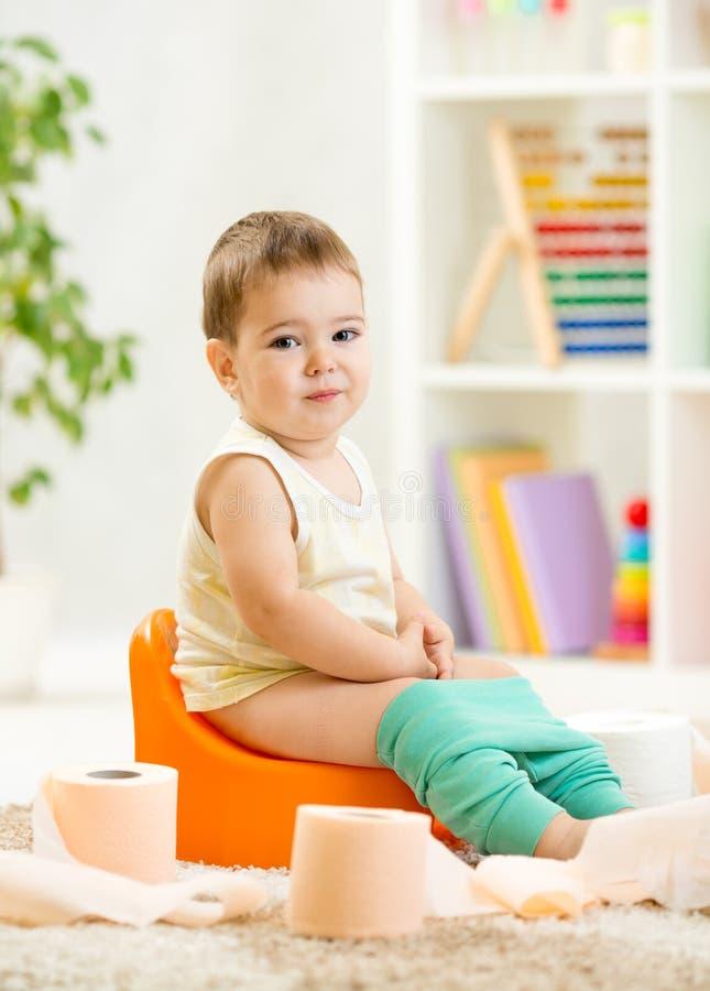 enfant de sourire s 39 asseyant sur le pot de chambre avec la toilette photo stock image 46076015. Black Bedroom Furniture Sets. Home Design Ideas