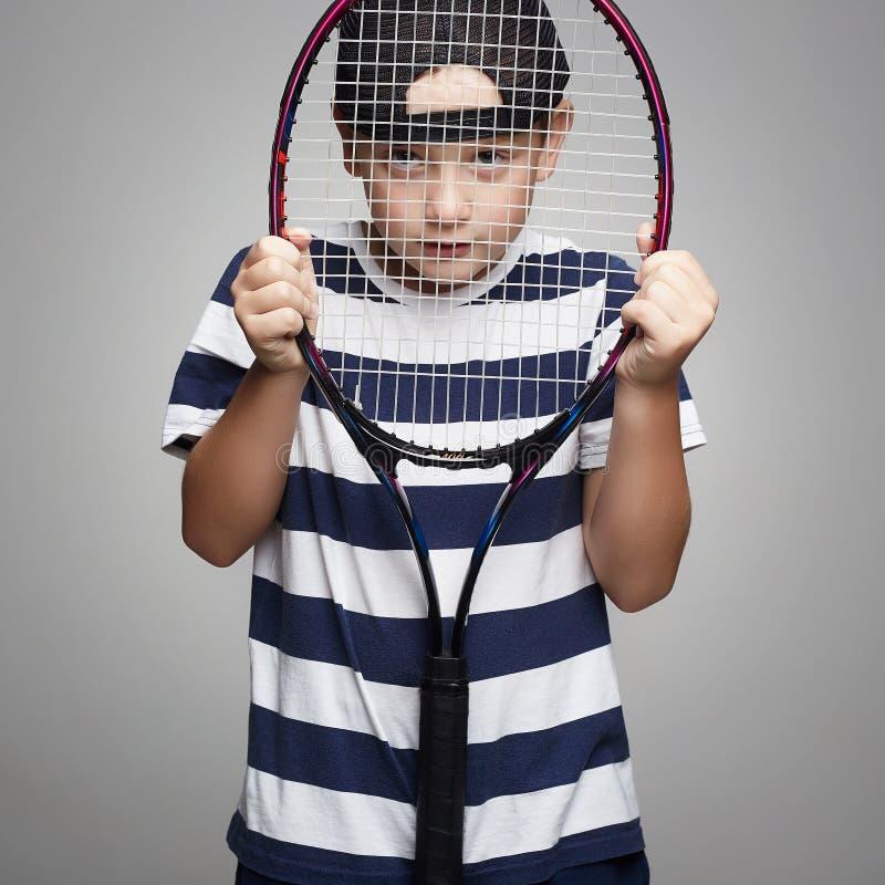Enfant de sport avec la raquette de tennis photos stock
