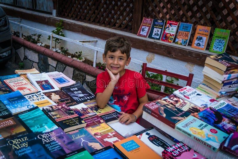 Enfant de vendeur de livre image stock