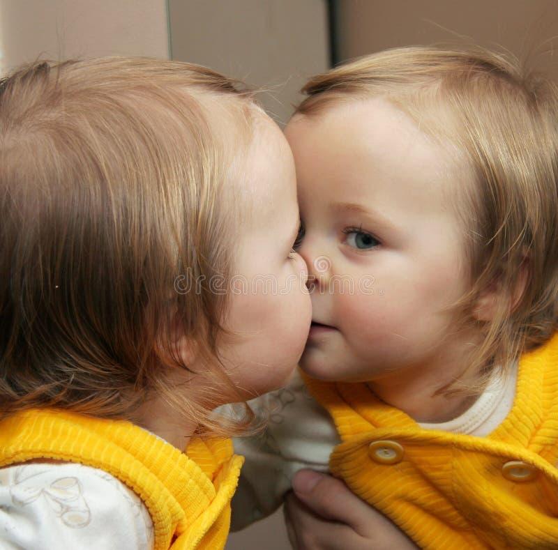 Enfant derrière le miroir photographie stock libre de droits