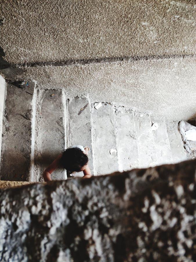 Enfant descendant les escaliers photo libre de droits