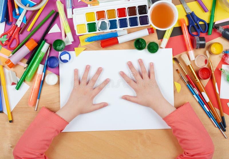 Enfant dessinant la vue supérieure Lieu de travail d'illustration avec les accessoires créatifs Outils plats d'art de configurati images libres de droits