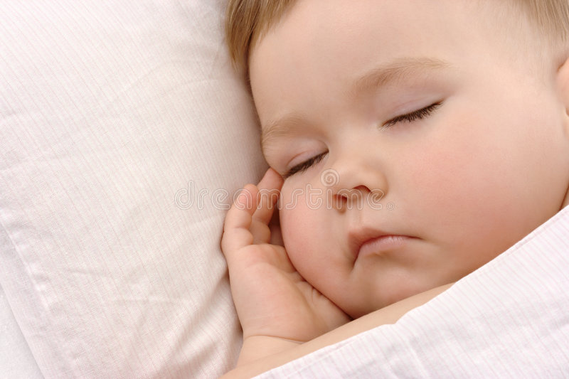 Enfant dormant avec la main sous sa joue images libres de droits