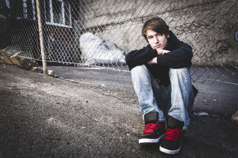 Enfant douleureux sur la rue de ville photo stock