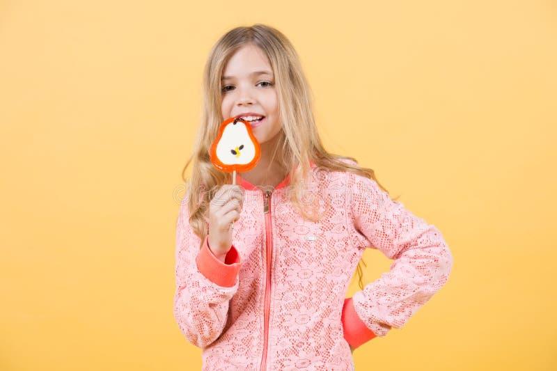 Enfant drôle avec la lucette de sucrerie photo libre de droits