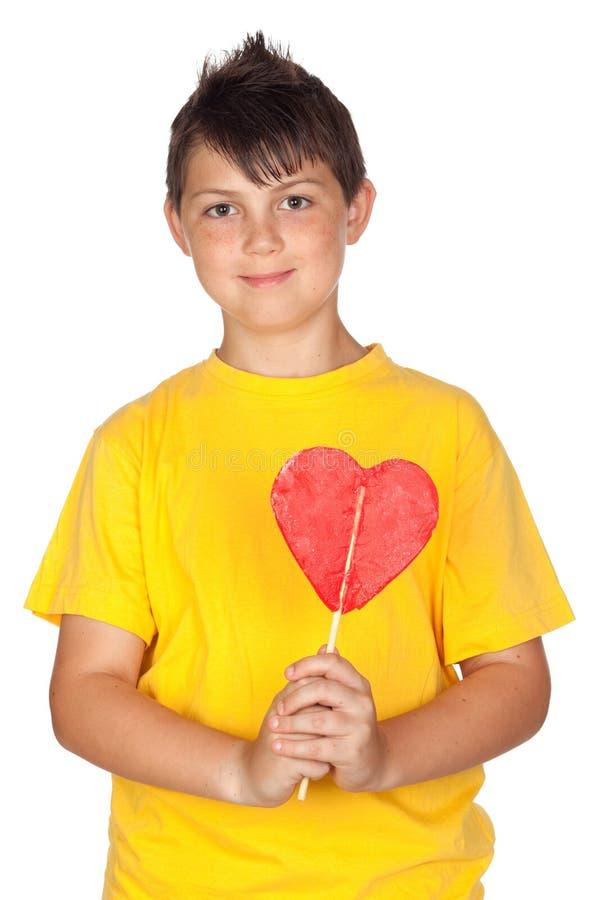 Enfant drôle avec le T-shirt jaune avec une lucette image stock