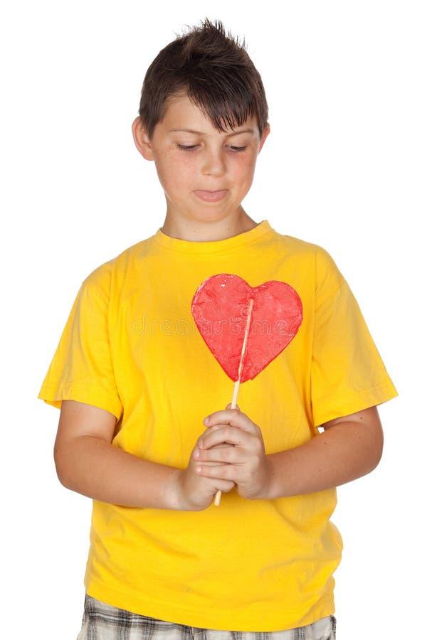 Enfant drôle avec le T-shirt jaune avec une lucette photos libres de droits