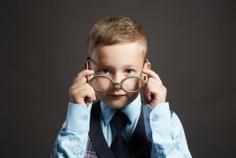 Enfant drôle dans les verres et le siut enfants de génie image stock
