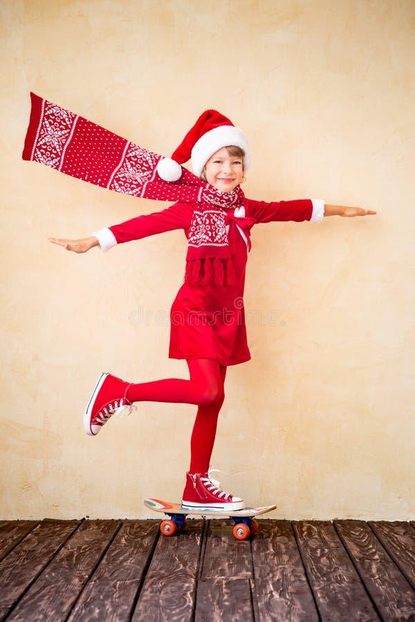 Enfant drôle de Santa avec l'écharpe de vol images libres de droits