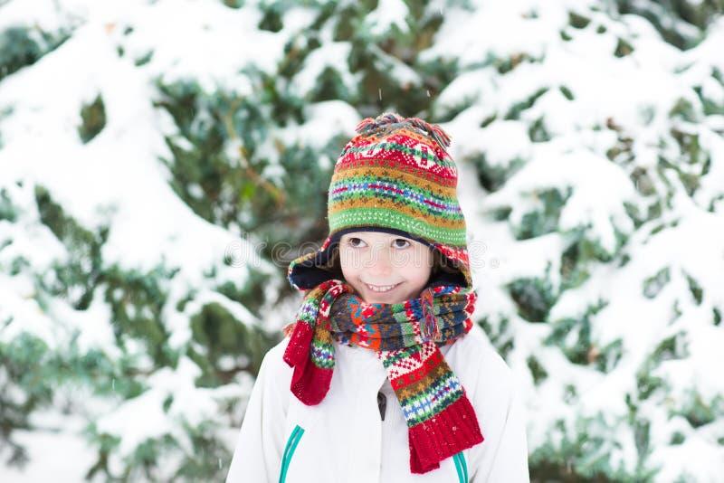 Enfant drôle mignon jouant dans une forêt neigeuse photographie stock libre de droits