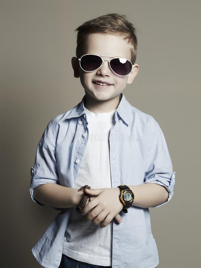 Enfant drôle Petit garçon à la mode dans des lunettes de soleil images libres de droits