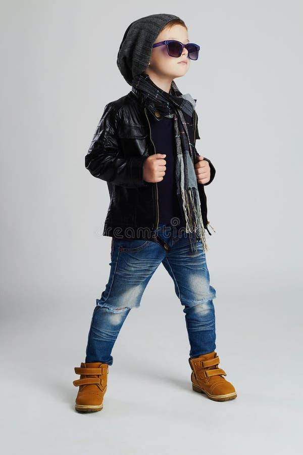 Enfant drôle Petit garçon à la mode dans des lunettes de soleil enfant élégant dans des chaussures jaunes image libre de droits