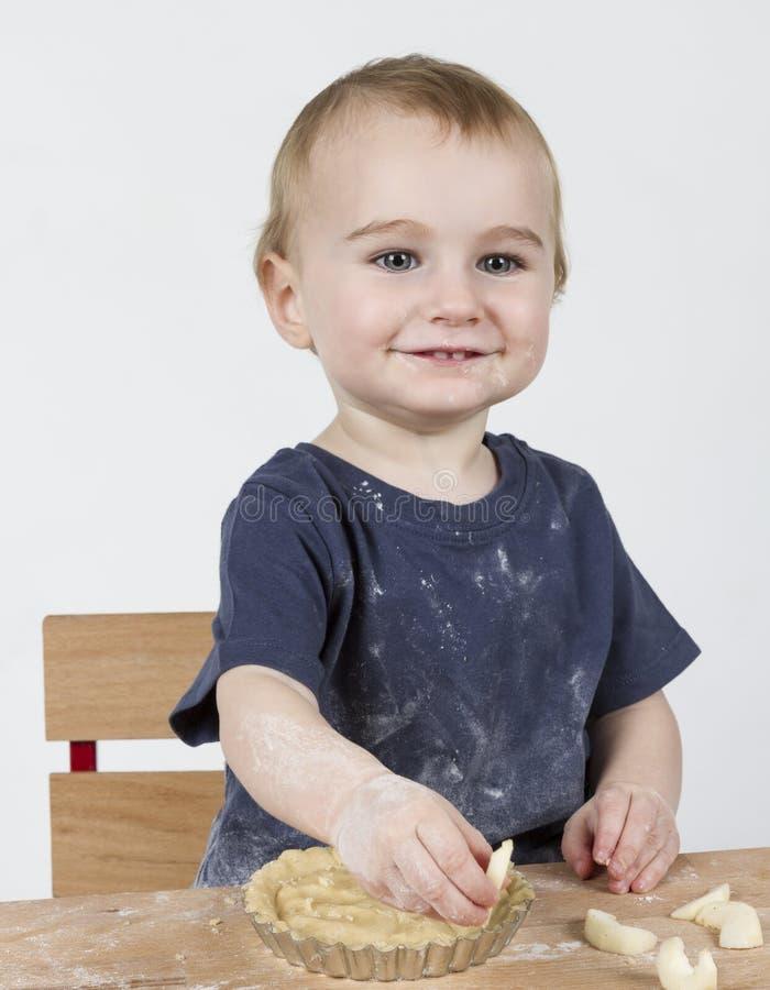 Enfant faisant des biscuits photos stock