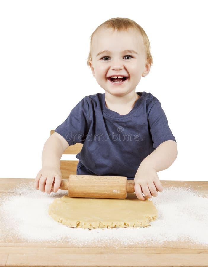 Enfant faisant des biscuits image stock