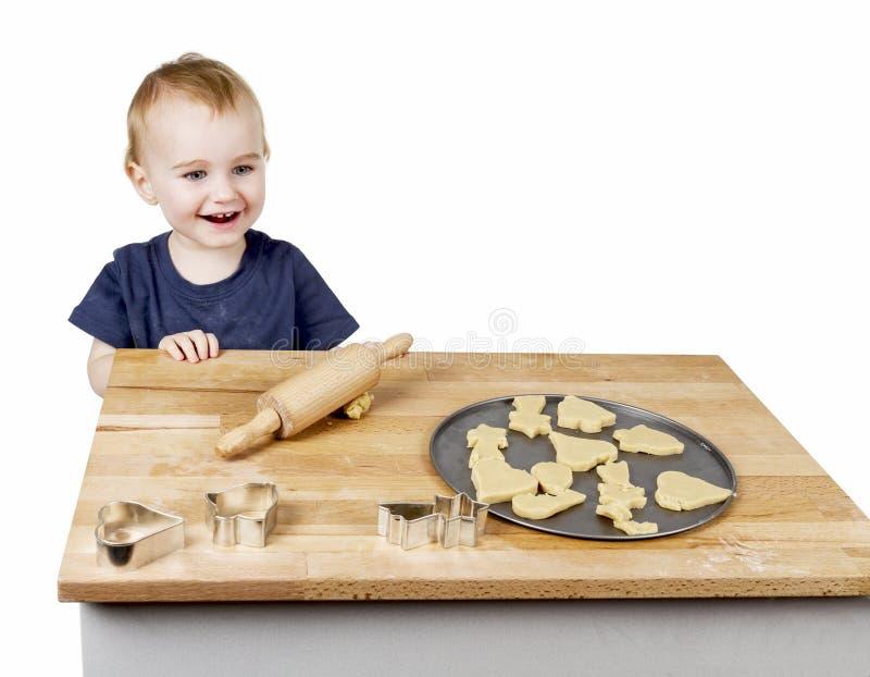 Enfant faisant des biscuits photographie stock libre de droits